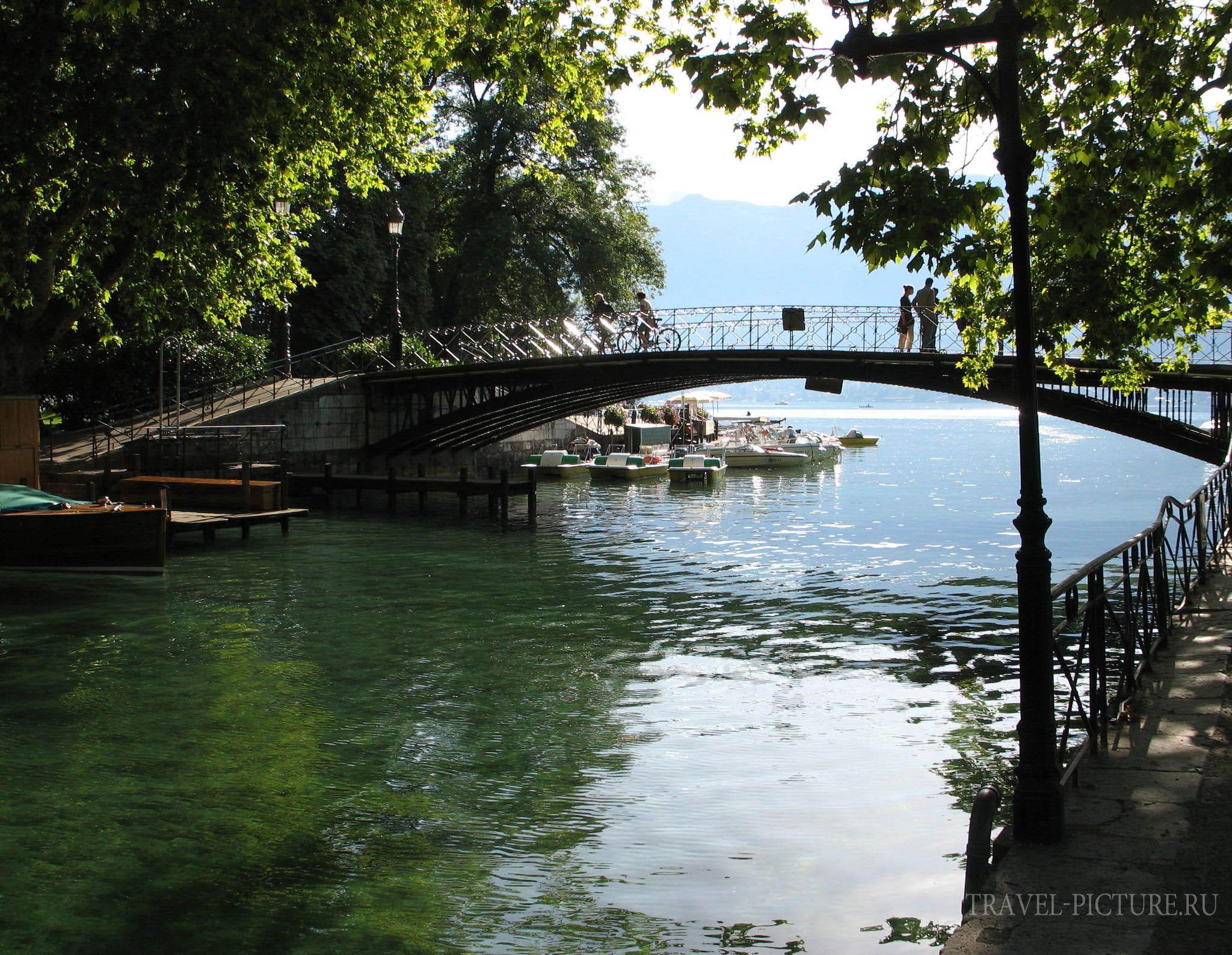 Мост влюбленных в городе Анси