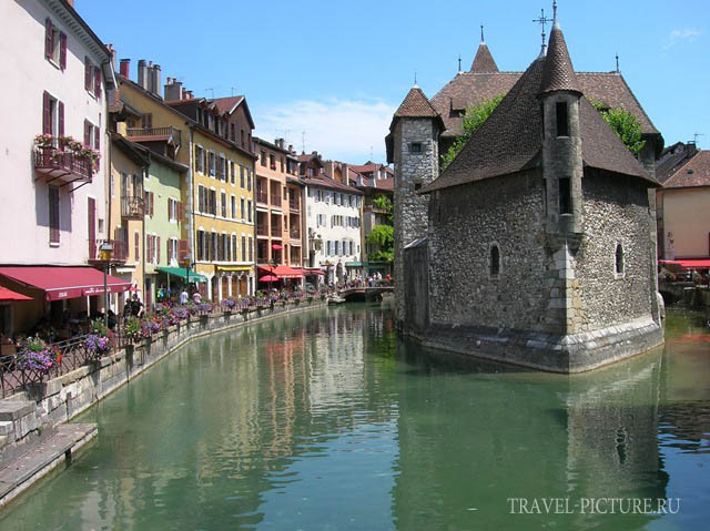 замок на воде города Анси