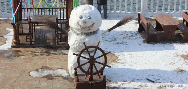 снеговик на озере Байкал