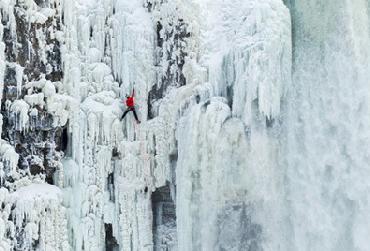 Ниагарский водопад замерз и появился новый вид туризма для экстремалов