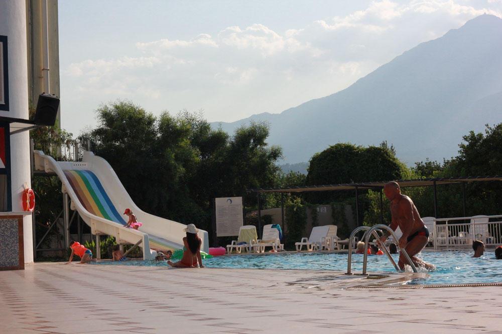бассейн в отеле Кириш