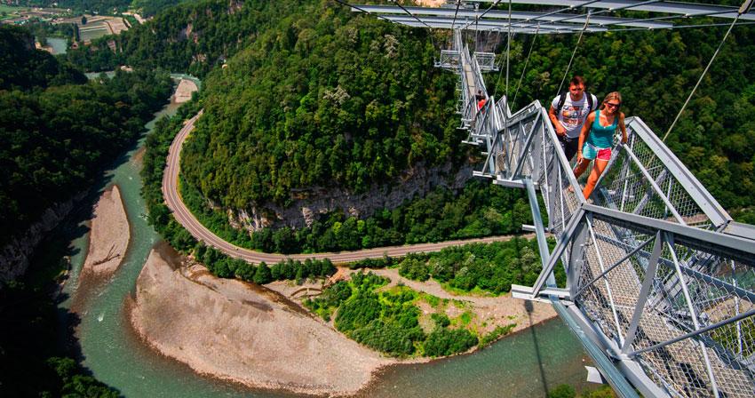 Вид на подвесной мост в Skypark