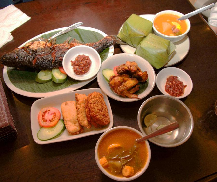 стоимость питания в кафе на курортах Индонезии