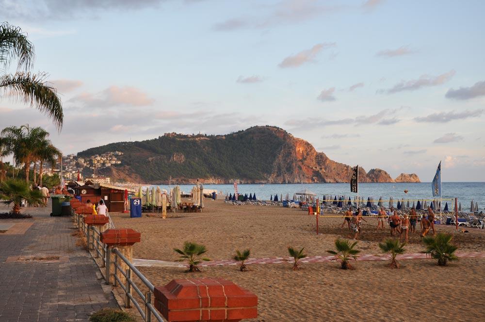 песчаное побережье с пологим входом в море