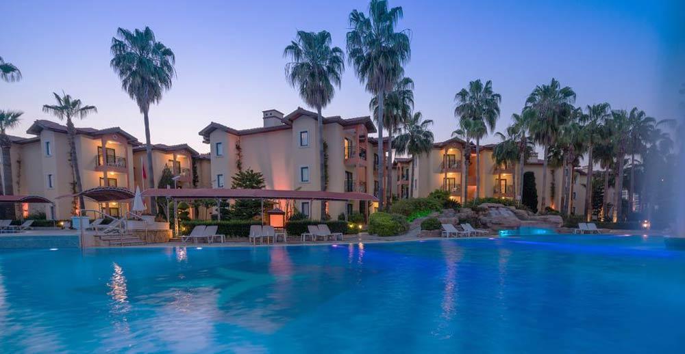 вид на отель с басейном