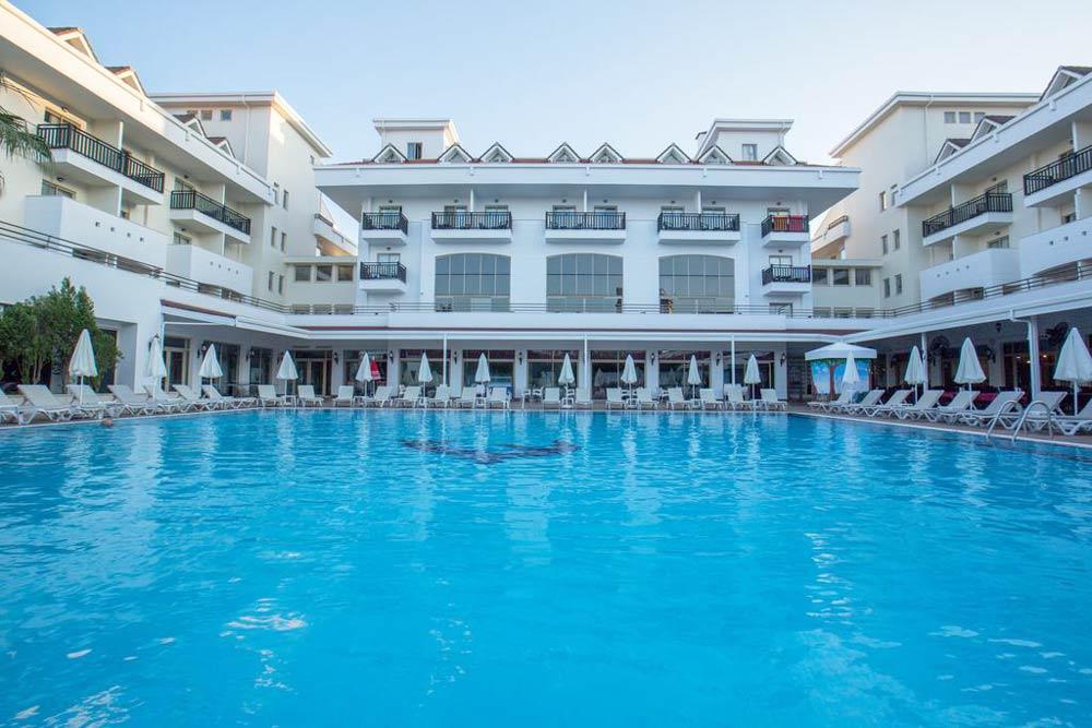 отель с большим бассейном для детского отдыха