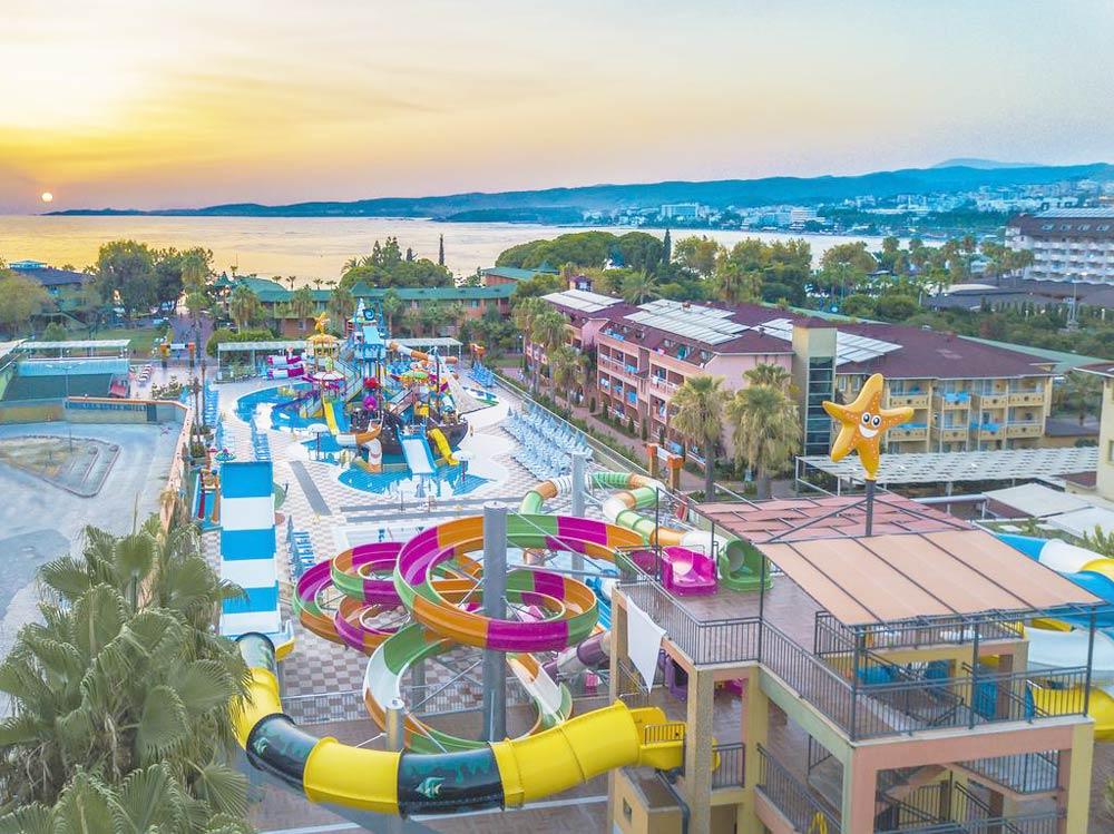 гостиница с большим бассейном и аквапарком
