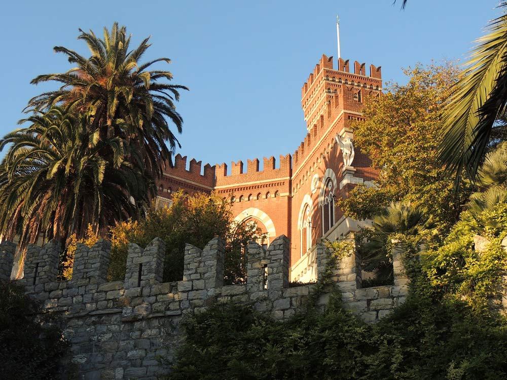 замок с пушками во дворе