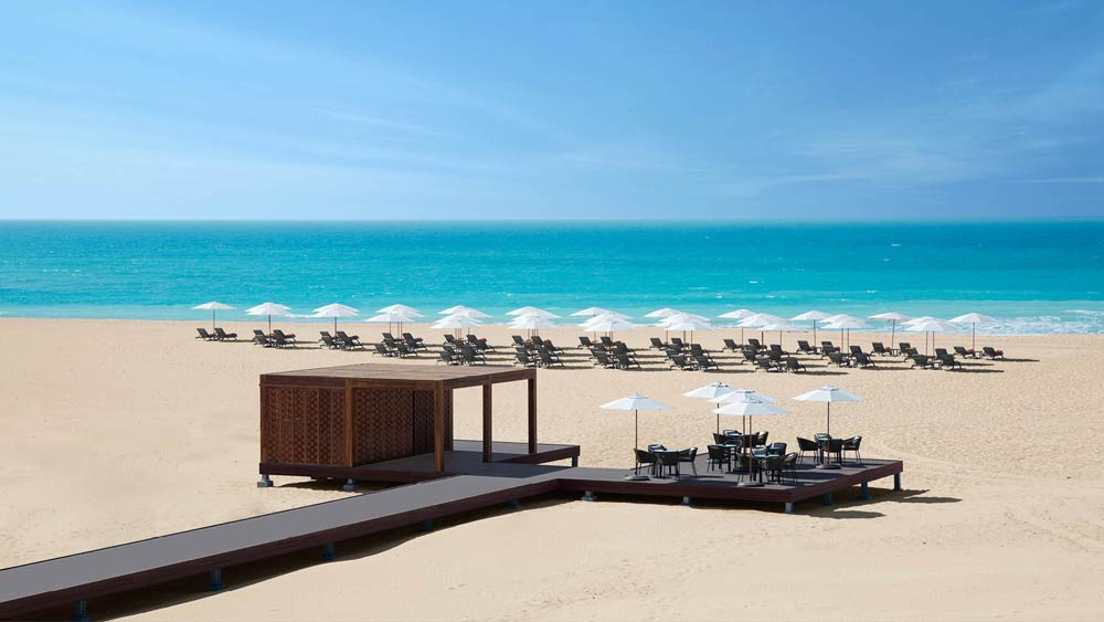 Пляжм с белым песком в ОАЭ