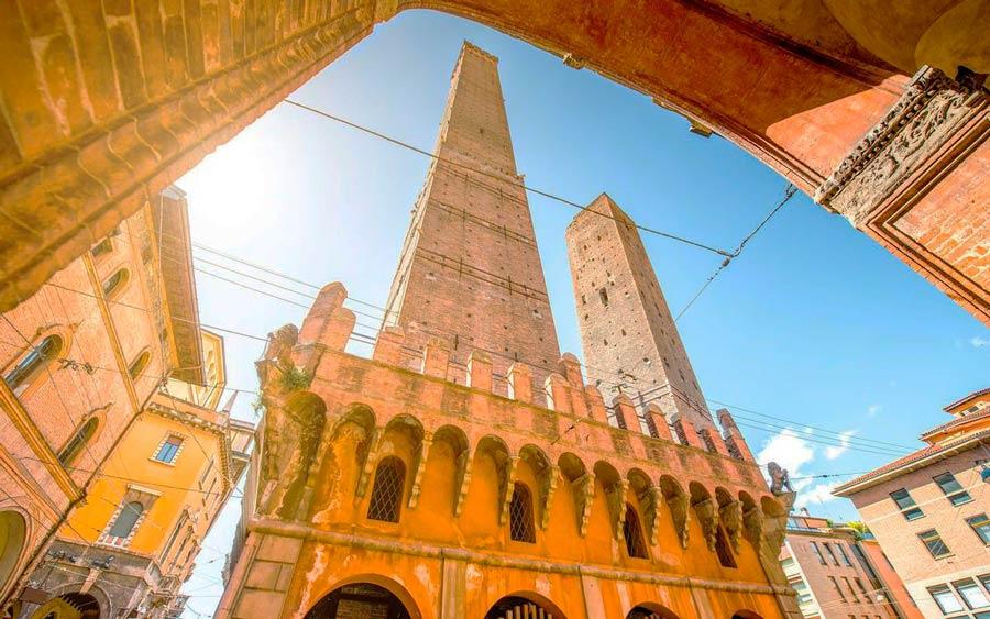 Башни La torre Asinelli и La torre Garisenda