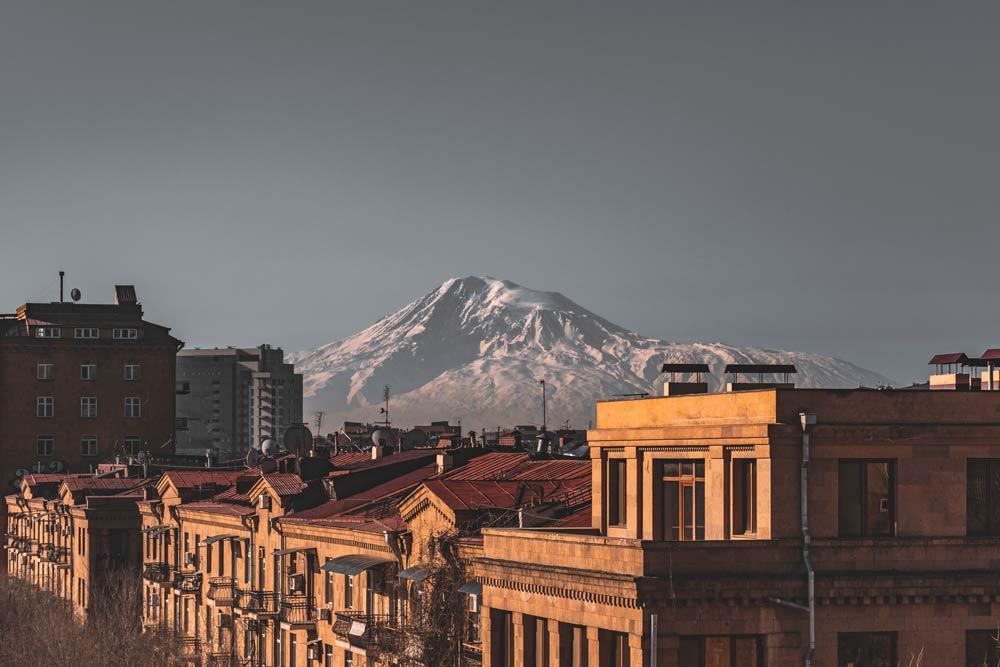 Вид на горы с крыши здания