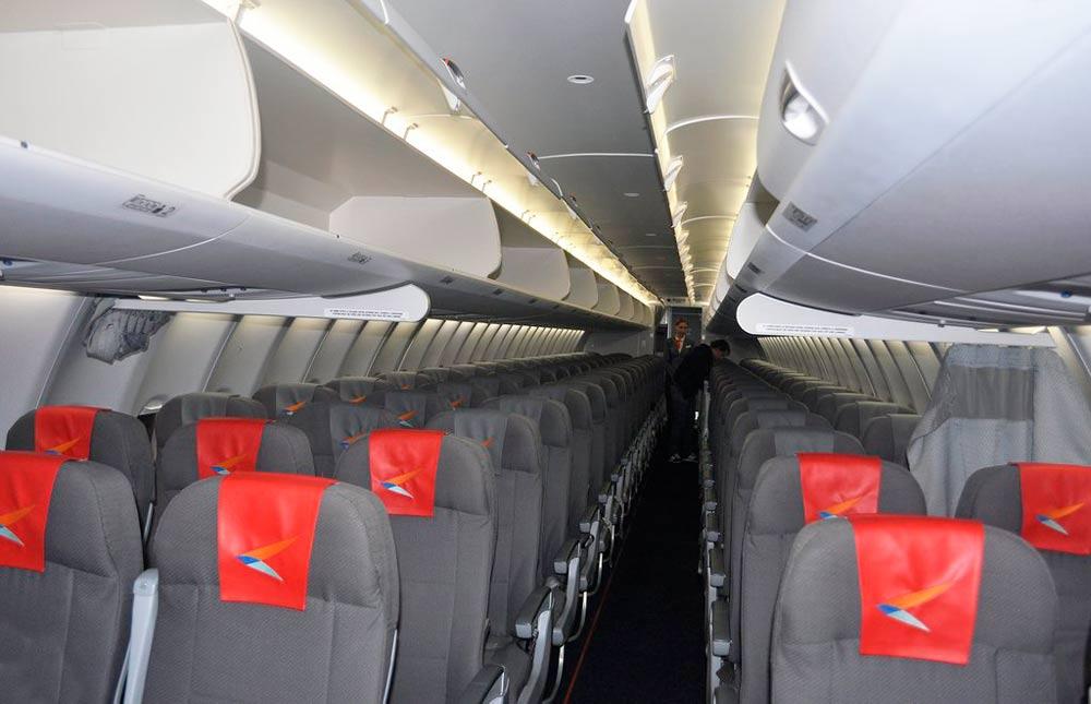 В салоне самолета авиалиний
