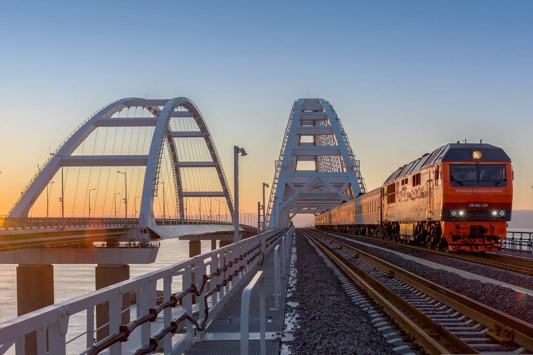Поезд через Крымский мост